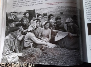 Сено косят 9-классники АСШ № 1 в Барун Аса.